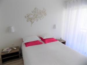 A bed or beds in a room at Escape to the French Riviera