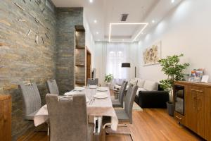 A restaurant or other place to eat at Levendula Apartment