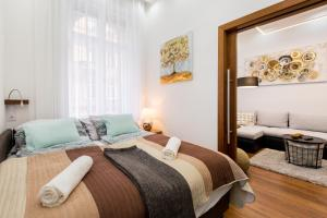 A bed or beds in a room at Levendula Apartment