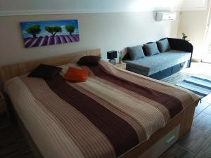 A bed or beds in a room at Álom Apartman