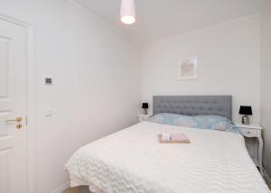 Voodi või voodid majutusasutuse Modern quiet 2 bedroom apartment near City center toas