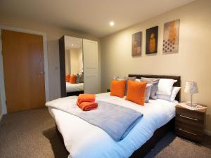 A bed or beds in a room at Plaza Suite