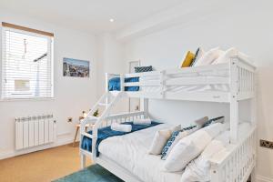 Ein Etagenbett oder Etagenbetten in einem Zimmer der Unterkunft Seaview Heights - two bedroom two bathroom loft style apartment direct distant sea views - fast wifi
