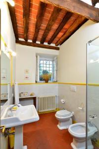 A bathroom at In Versilia