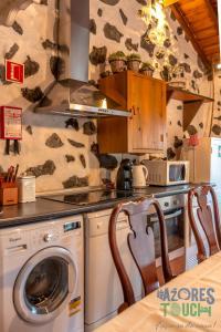 A kitchen or kitchenette at Casa da Serreta 15