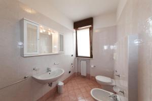 A bathroom at Meridiana Residence
