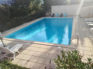 The swimming pool at or near Appartement en Luberon