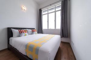 A bed or beds in a room at OYO Home 790 Premium 2BR Vue Residences