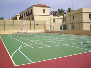 Instalaciones para jugar a tenis o squash en Bungalows Maspalomas Oasis Club - All Inclusive. o alrededores