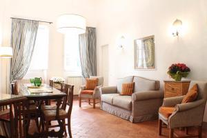 Uma área de estar em BorgoDeiGreci Apartments