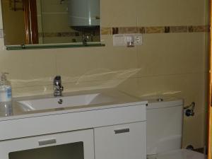 A bathroom at Apartamentos Torrecillas