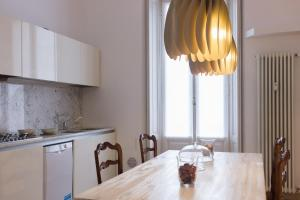 A kitchen or kitchenette at Imperial Apartments Milano - Suite Garibaldi