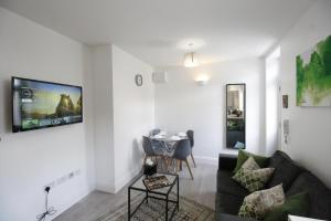 A seating area at Willow Serviced Apartments - The Walk 2