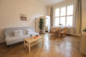 Ein Sitzbereich in der Unterkunft Apartments next to Old Town Square by RENTeGO
