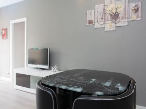 A television and/or entertainment center at New apartment close to Plaça Espanya
