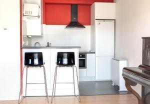 A kitchen or kitchenette at Descalzos Etxea