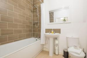 A bathroom at Skyline Serviced Apartments - Welwyn Garden City