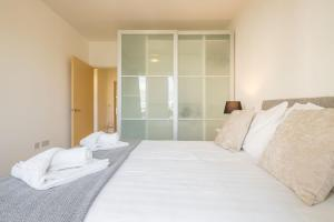A bed or beds in a room at Skyline Serviced Apartments - Welwyn Garden City