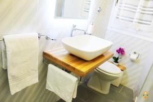 A bathroom at Sa Domu de Ajaja Apartments
