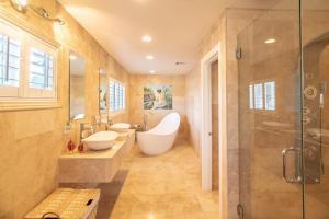 A bathroom at Villa Shang