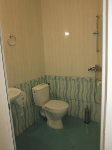 A bathroom at St. George Apartments