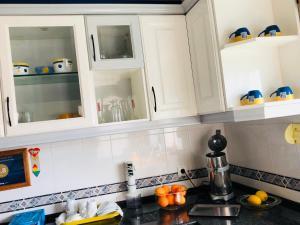 A kitchen or kitchenette at Apartamento Travessa do Pranto