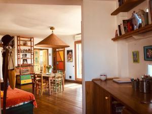 A kitchen or kitchenette at San Saba Roof Top Garden