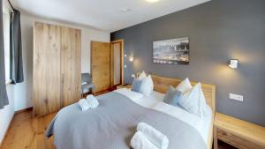 A bed or beds in a room at The Peak - Premium Apartments by HolidayFlats24