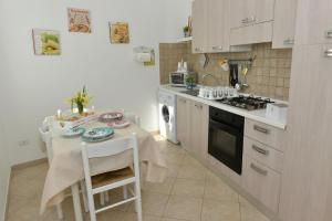 A kitchen or kitchenette at Sweet Home Positano