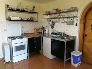 Kuhinja oz. manjša kuhinja v nastanitvi Peaceful, cosy cottage near Kolpa river