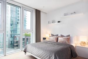 Cama o camas de una habitación en Altitude Point Apartments