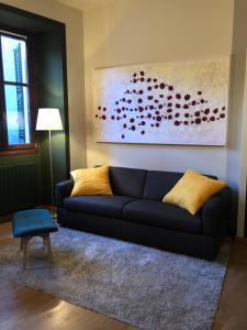 A seating area at La Via degli Artisti