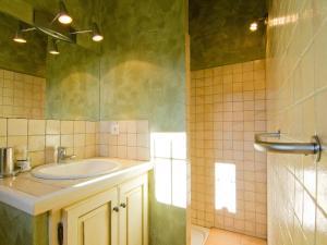 A bathroom at Holiday Home L'Oustaou dei Figo