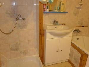 A bathroom at Apartment Haut-Verdon logis