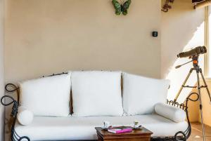 A seating area at Estepona Villa Sleeps 6 Pool Air Con WiFi