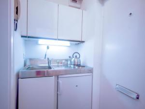 A kitchen or kitchenette at Apartment Schöpfstrasse 6B.1