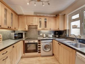 A kitchen or kitchenette at Holiday Home Pinky