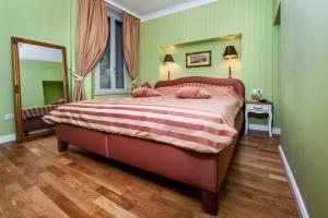 A bed or beds in a room at Adriatic Royal Apartment