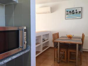 A television and/or entertainment center at Apartamentos Tamarindos Peñiscola