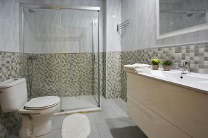A bathroom at Apartamentos Plaza