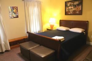 A bed or beds in a room at Tuscany 2900 - Classic Italian Style 3BR w Parking near Airport