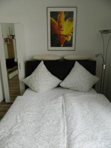 A bed or beds in a room at City Ferienwohnung Landau