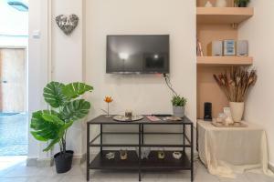 """Μια τηλεόραση ή/και κέντρο ψυχαγωγίας στο """"Enjoy Athens"""" apt w/ patio in Philopappou Hill"""
