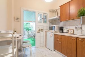 """Η κουζίνα ή μικρή κουζίνα στο """"Enjoy Athens"""" apt w/ patio in Philopappou Hill"""