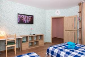 Телевизор и/или развлекательный центр в Apartment on Titova 253/1 LUX