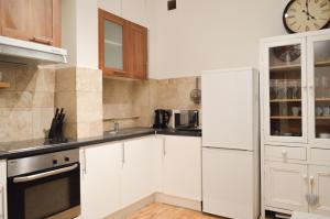 A kitchen or kitchenette at Lovely 2 bedrooms Flat By Clapham Common Tube