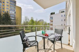 A balcony or terrace at P&O Apartments Ursynów