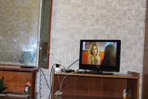 A television and/or entertainment center at kvartira u metro Krylatskoe