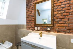 A bathroom at The Old Town Square & Parizska Apartments