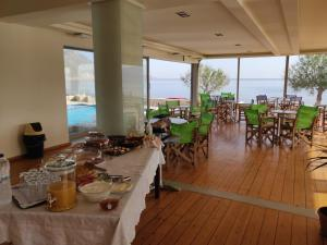 A restaurant or other place to eat at Viglia Beach Apartments